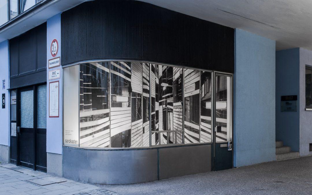 """Ausstellung """"14x8k/3"""" im Sandkasten"""
